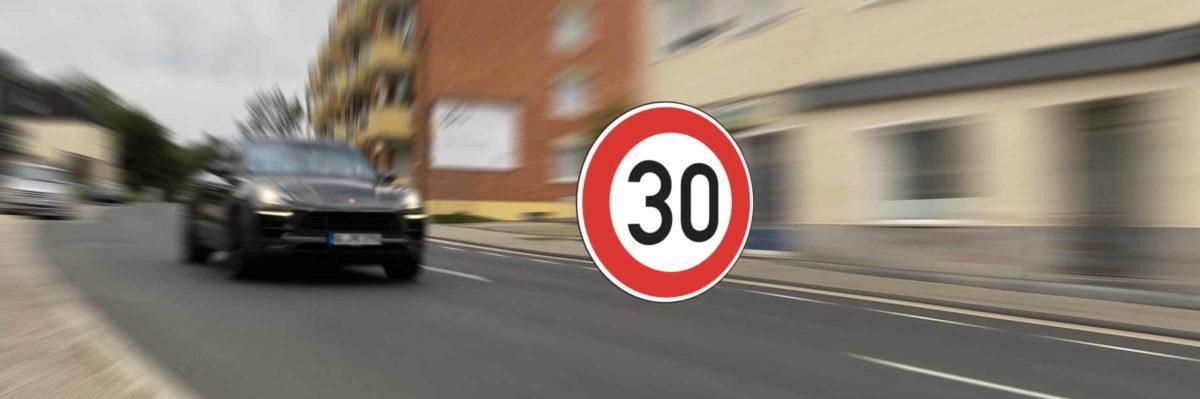 Bild einer Hauptstraße in Rösrath mit schnellem Auto