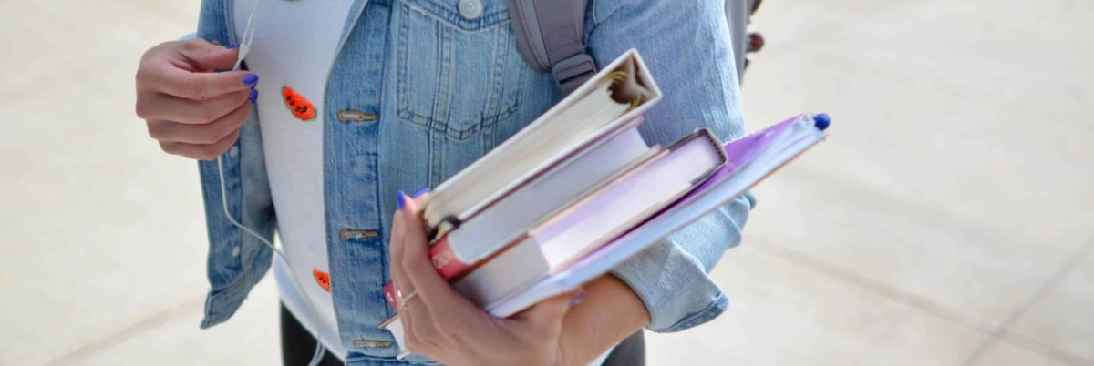 Schülerin mit Büchern