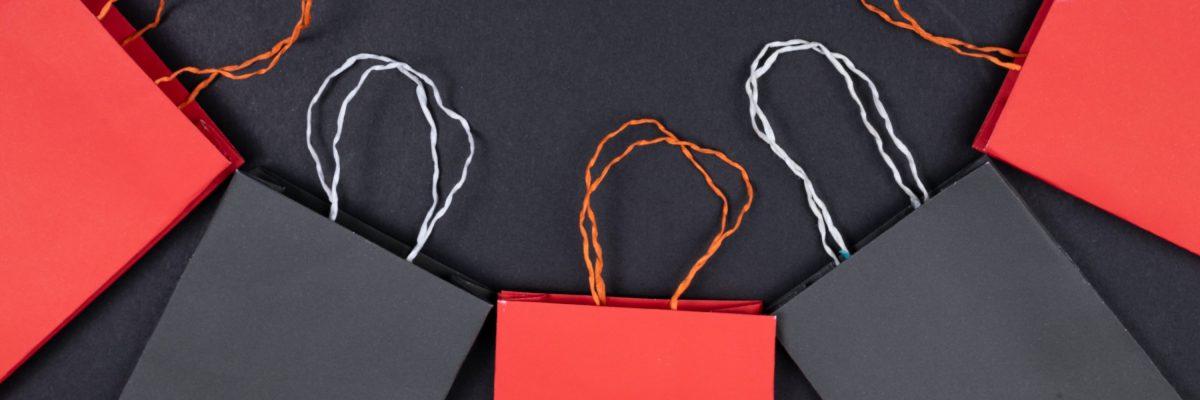 Mehrere rote und schwarze Einkaufstaschen