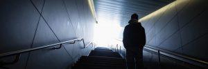 Mann auf Treppe in Unterführung