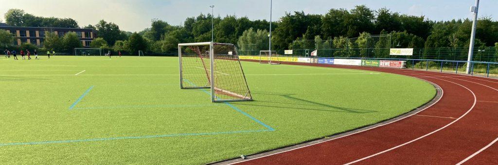 Fußballplatz mit Tartanbahn